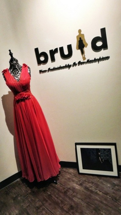 interview-with-bruid-when-lace-wedding-dress-will-be-the-next-in-trend-red gown