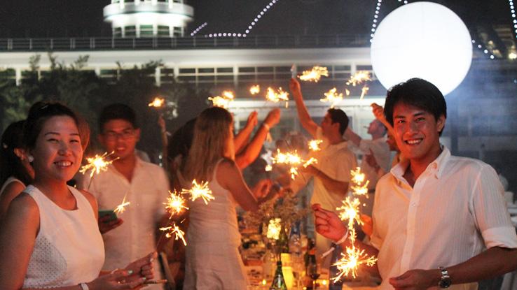diner-en-blanc-singapore-kallang-airport-couple-smiling