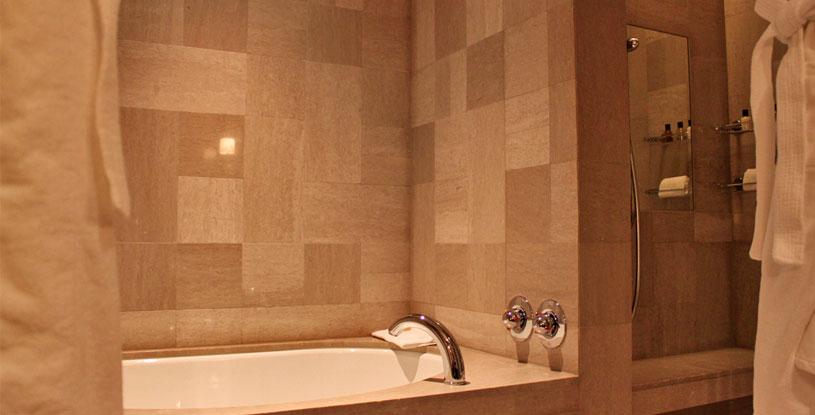 hotels-in-tokyo-mandarin-oriental-tokyo-bathroom-tub-rain-shower