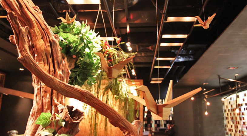 restaurants-in-bangkok-ogu-ogu-sake-japanese-inspired-interior-origami-cranes