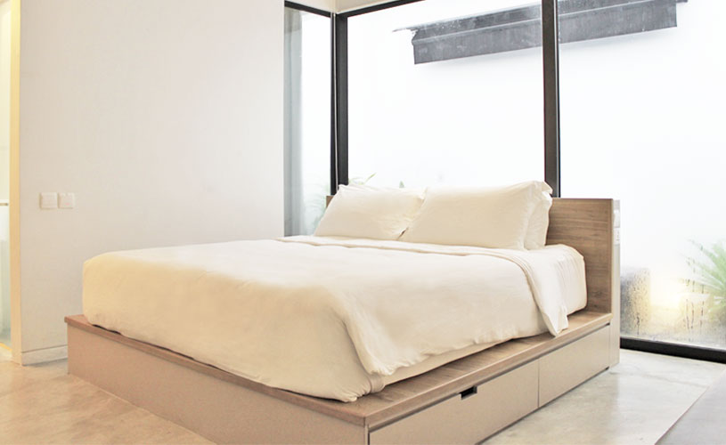 staycation-for-couples-lloyds-inn-singapore-skyroom-queen-bed
