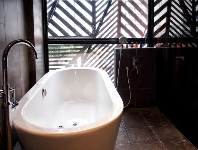 hotel-yan-bringing-industrial-chic-design-to-boutique-hotels-in-tyrwhitt-road-bathtub-e1465917287117.jpg