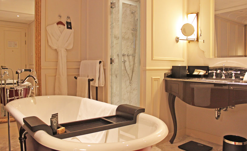 mgallery-hotel-des-arts-saigon-room-bathtub