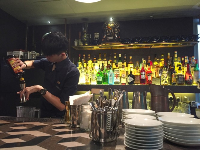 the-envoy-hong-kong-artisan-cocktails-welcome-you-on-stanley-street-bartender