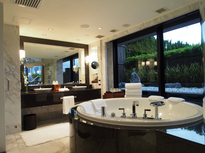 where-to-stay-in-hong-kong-a-perfect-harbour-view-at-intercontinental-hong-kong-terrace-suite-bathroom.jpg