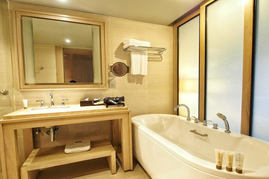 dusit-thani-krabi-resort-krabi-beach-hotel-pristine-white-sand-club-room-bathtub.jpg