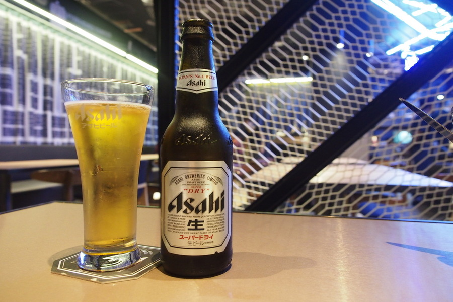finding-hostel-singapore-coo-bistro-boutique-hostel-checks-boxes-beer