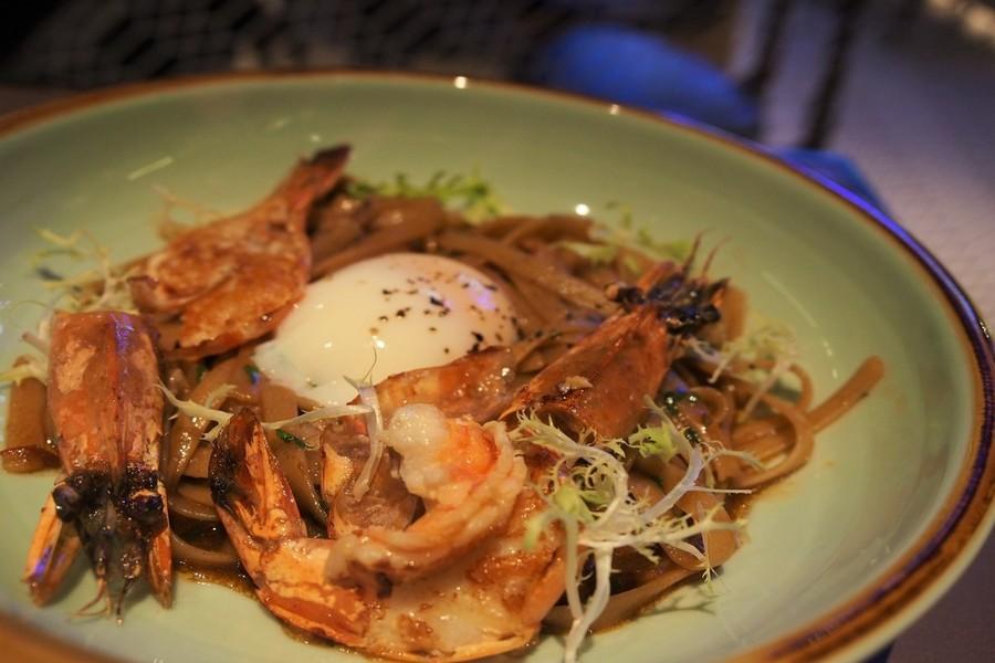 finding-hostel-singapore-coo-bistro-boutique-hostel-checks-boxes-prawn-noodles